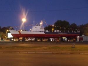 Barco Constanza, junto a la estación de autobús
